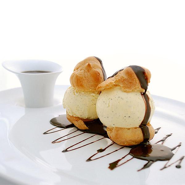 Profiteroles à la Vanille, sauce chocolat